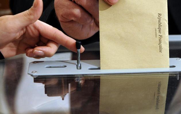 Un citoyen français dépose son bulletin de vote dans l'urne [Jean-Christophe Verhaegen / AFP/Archives]