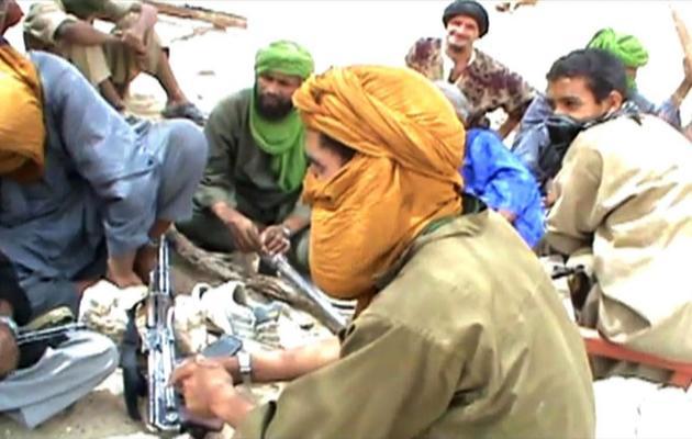 Capture d'écran montrant des combattants islamistes après la destruction d'un mausolée à Tombouctou le 1er juillet 2012 [ / AFP/Archives]