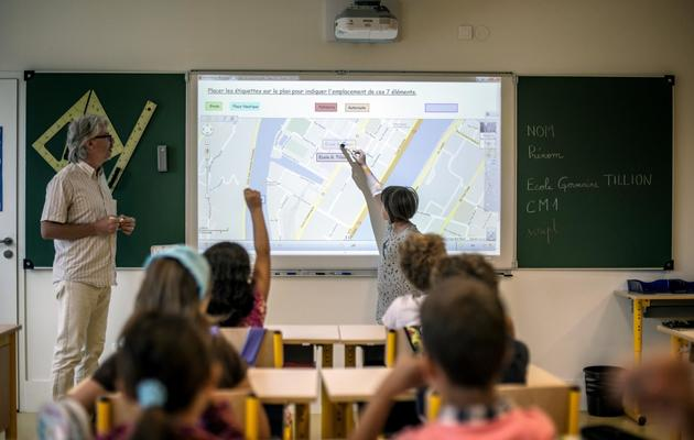 Une élève utilise un tableau numérique dans une école primaire à Lyon [Jeff Pachoud / AFP/Archives]