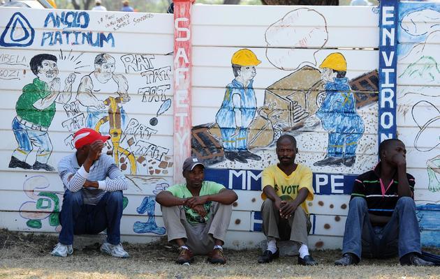 Des mineurs sud-africain du groupe Anglo American Platinum lors d'un conflit avec leur entreprise, en octobre 2012 à Rustenburg en Afrique du Sud [Alexander Joe / AFP/Archives]
