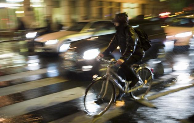 Un cycliste à Paris le 11 octobre 2012 [Fred Dufour / AFP/Archives]