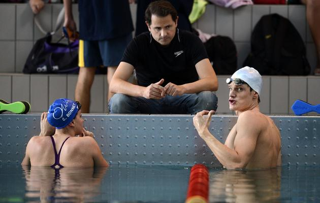 Fabrice Pellerin (c), en discussion avec Yannick Agnel (d), lors d'un entraînement au Puy-en-Velay, le 13 octobre 2012 [Jeff Pachoud / AFP/Archives]