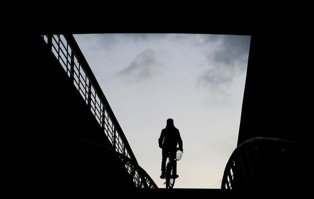 Un homme sur un vélo à Paris [Kenzo Tribouillard / AFP/Archives]