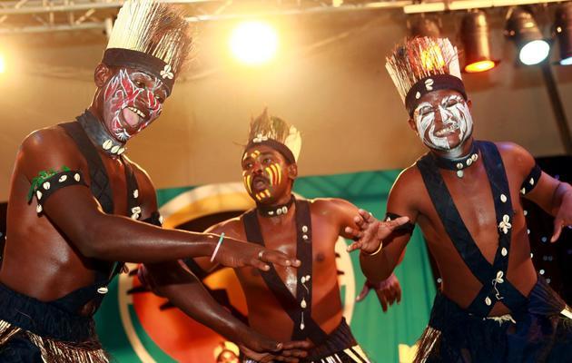 Des membres de la troupe de danse Sidi Goma Dhamal, originaire de l'Etat indien du Gujarat, font une représentation à l'occasion de la fête de Diwali, à Durban le 10 novembre 2012 [Rajesh Jantilal / AFP/Archives]