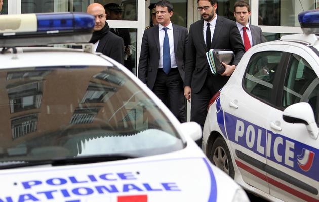 Le ministre de l'Intérieur, Manuel Valls (c), quitte un poste de police, le 15 novembre 2012 à Ajaccio [Pascal Pochard-Casabianca / AFP/Archives]
