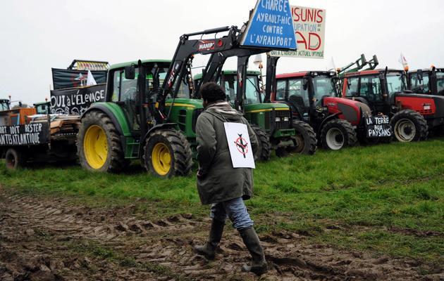 Des tracteurs installés par les opposants à l'aéroport le 17 novembre 2012 à Notre-Dame-des-Landes [Xavier Leoty / AFP]