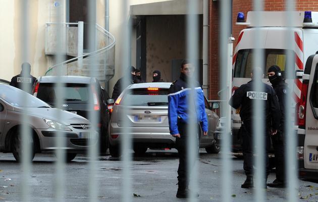Des policiers ayant escorté deux hommes entendus dans l'enquête sur l'affaire Merah, le 4 décembre 2012 à Toulouse [Eric Cabanis / AFP/Archives]