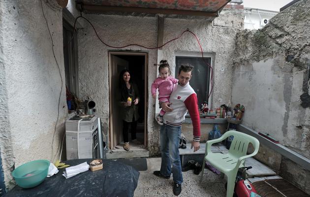 Un jeune charpentier grec au chômage et sa famille, dans leur appartement près du port du Pirée, le 22 novembre 2012 [Louisa Gouliamaki / AFP/Archives]