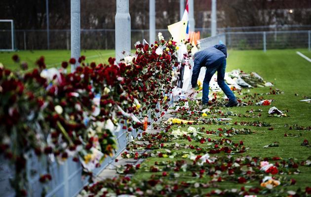 Des roses déposées le 10 décembre 2012 à Almere en hommage à l'arbitre battu à mort [Robin Utrecht / ANP/AFP/Archives]