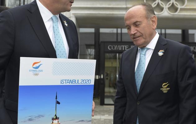 Le président d'Istanbul 2020 Hasan Arat (à gauche) et le maire d'Istanbul Kadir Topbas le 7 janvier 2013 à Lausanne. [Sebastien Feval / AFP/Archives]