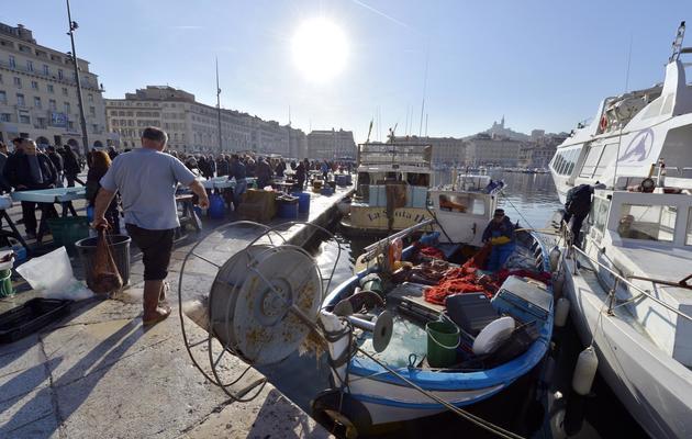Un pêcheur sur le Vieux-Port de Marseille [Gerard Julien / AFP/Archives]