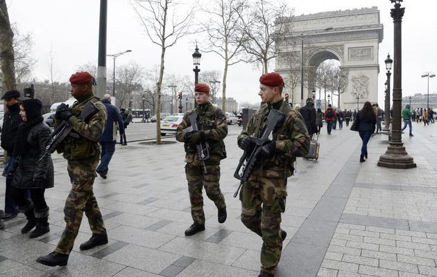 Des soldats patrouillent le 12 février 2013 sur les Champs-Elysées à Paris [Bertrand Guay / AFP/Archives]