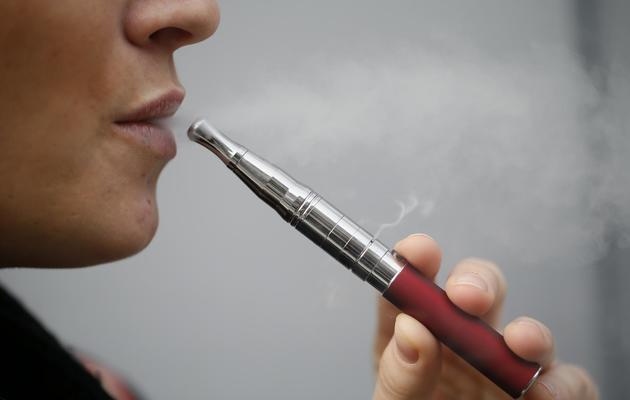 Une personne fume une cigarette électronique [Kenzo Tribouillard / AFP/Archives]
