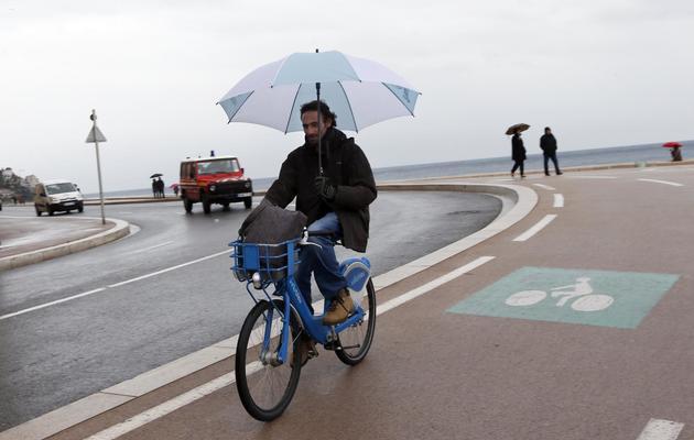 Un homme circule à bicyclette le 6 mars 2013 à Nice [Valery Hache / AFP/Archives]
