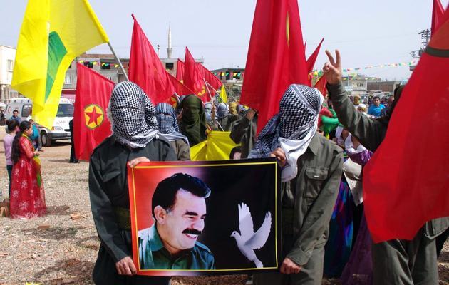 Des rebelles kurdes portent un portrait de leur leader Öcalan, à l'occasion de l'anniversaire de ce dernier, le 4 avril 2013 à Urfa, dans le sud-est de la Turquie [ / AFP/Archives]