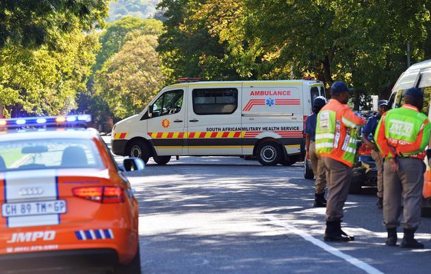 Une ambulance quitte la maison de Mandela le 6 avril 2013 à Johannesburg [Carl de Souza / AFP/Archives]
