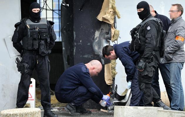 Des policiers  le 13 avril 2013 devant la prison de Séquelin [Philippe Huguen / AFP/Archives]