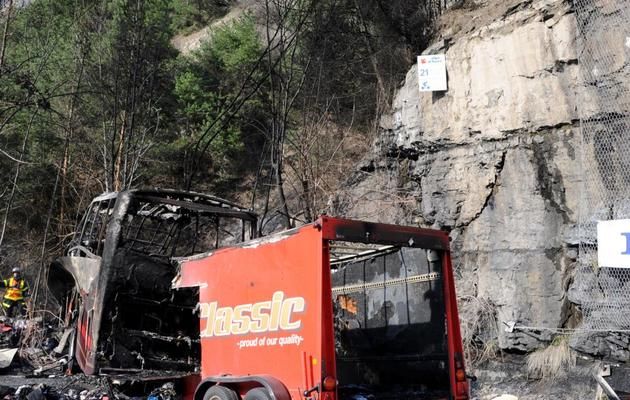 Le bus accidenté près de l'Alpe d'Huez, le 16 avril 2013 [Jean-Pierre Clatot / AFP]