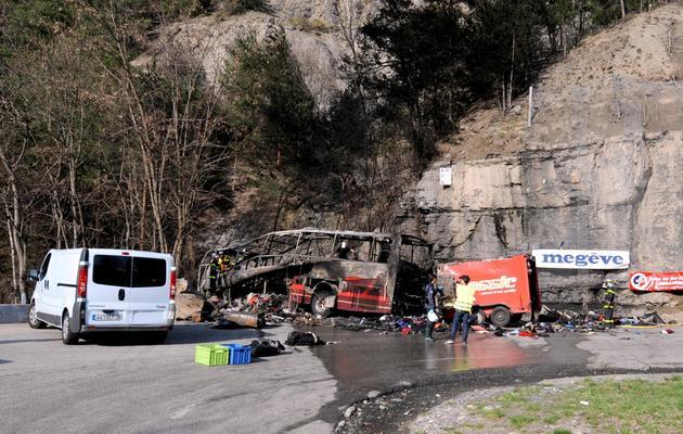 Des secours autour des débris du bus SkiBound accidenté près de l'Alpe d'Huez, le 16 avril 2013 [Jean-Pierre Clatot / AFP]