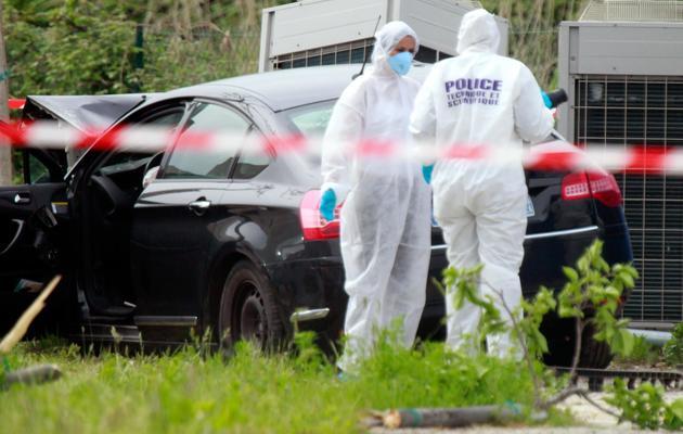 Des membres de la police technique et scientifique sur le lieu du meurtre de Jean-Luc Chiappini, président du parc naturel de Corse, le 25 avril 2013 [Pascal Pochard Casabianca / AFP/Archives]