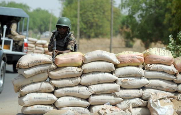 Un soldat tient un point de contrôle, le 30 avril 2013 à Maiduguri dans le nord-est du Nigeria [Pius Utomi Ekpei / AFP/Archives]