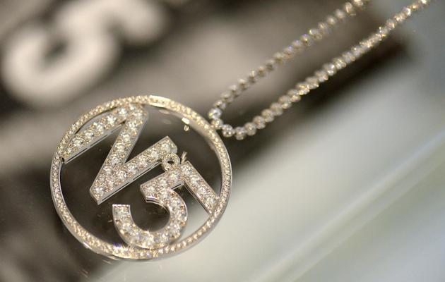 """Un collier en diamant, réalisé spécialement pour Nicole Kidman pour un spot de publicité, présenté lors de l'exposition """"N°5 culture Chanel"""", le 3 mai 2013 à Paris [Eric Feferberg / AFP/Archives]"""