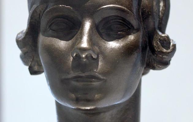 """Un buste représentant Coco Chanel réalisé par Jacques Lipchitz en 1921 et présenté à l'exposition, """"N°5 culture Chanel"""" au Palais de Tokyo à Paris, le 3 mai 2013. [Eric Feferberg / AFP/Archives]"""