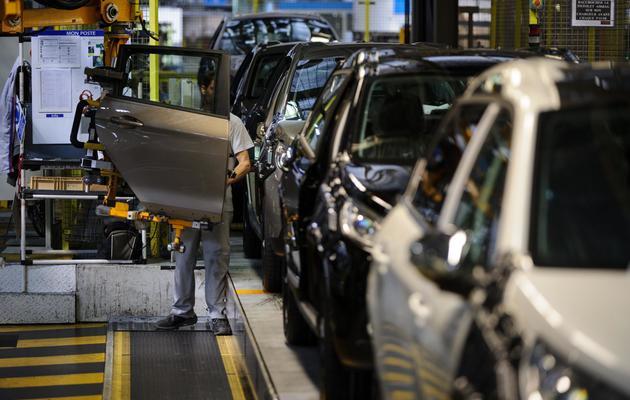 Des employés sur une ligne de montage à l'usine PSA de Mulhouse, le 7 mai 2013 [Sebastien Bozon / AFP/Archives]