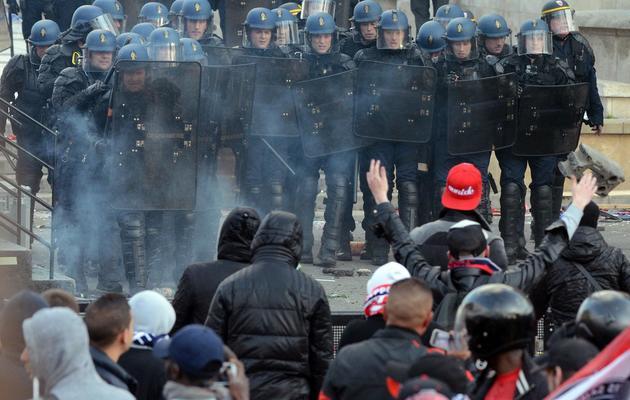 Des supporteurs du PSG affrontent les forces de l'ordre lors des violences au Trocadéro le 13 mai 2012 à Paris [Franck Fife / AFP/Archives]