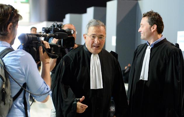 Yves Haddad, avocat de Jean-Claude Mas, avec l'avocat des plaignantes Laurent Gaudon (d) le 14 mai 2013 à Marseille [Gerard Julien / AFP]