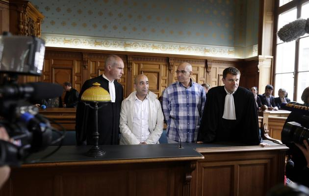 Abdelkader Azzimani (G) et Abderrahim el-Jabri entre leurs avocats à Paris, le 15 mai 2013 à Paris [Kenzo Tribouillard / AFP]
