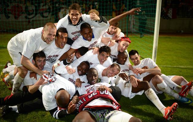 Les joueurs de Guingamp célèbrent leur montée en L1 après leur match contre le Gazélec, le 17 mai 2013 à Gueugnon [Philippe Merle / AFP]
