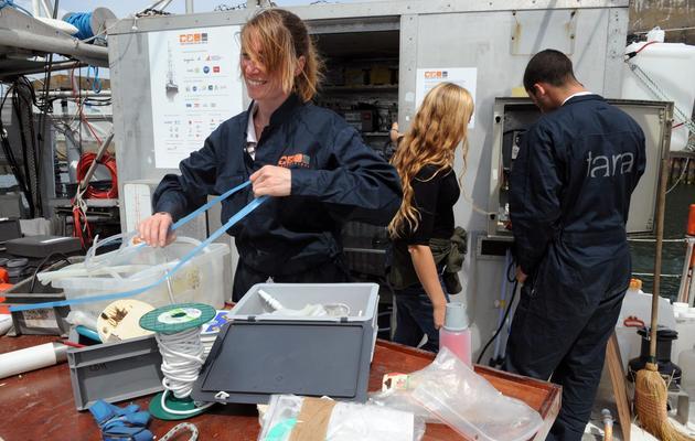 Des membres de l'équipage de la goélette océanographique Tara se préparent au départ, le 18 mai 2013 à Lorient [Fred Tanneau / AFP]