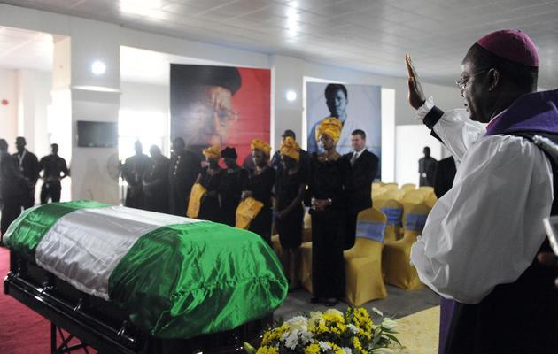 Le cercueil de Chinua Achebe, à l'aéroport d'Abuja au Nigeria, le 21 mai 2013 [Pius Utomi Ekpei / AFP]