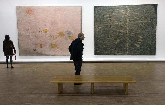 """Oeuvres de Simon Hantaï, """"Ecriture rose"""" et """"A Galla Placidia"""", exposées au Centre Pompidou, le 21 mai 2013 à Paris [Joel Saget / AFP]"""