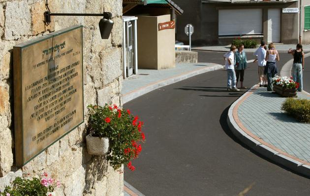 Une plaque commémorative de l'accueil des Juifs au Chambon-sur-Lignon, le 23 juillet 2002 [Jean-Philippe Ksiazek / AFP/Archives]