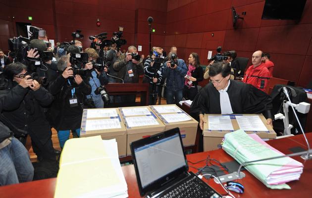 Un huissier dispose des éléments du dossier Tony Meilhon à la cour d'assises de Nantes, le 22 mai 2013 [Frank Perry / AFP]