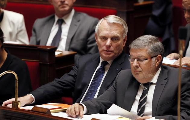 Le Premier ministre Jean-Marc Ayrault (G) et le ministre des Relations avec le Parlement, Alain Vidalies (D) à l'Assemblée nationale, le 22 mai 2013 [Patrick Kovarik / AFP/Archives]
