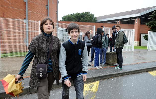 Maxime Parra et sa mère Catherine le 22 mai 2013 devant le lycée à   Saint-Orens-de-Gameville [Remy Gabalda / AFP]