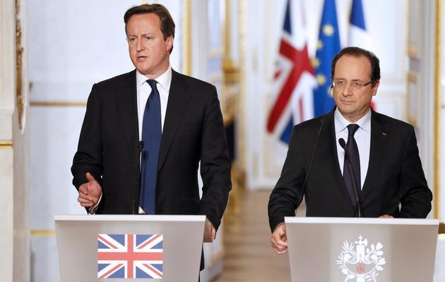 Le président français François Hollande (d) et le Premier ministre britannique David Cameron, le 22 mai 2013 à Paris [Patrick Kovarik / AFP/Archives]