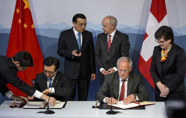 Le gouverneur de la banque centrale chinoise  Zhou Xiaochuan (G) et le ministre de l'Economie suisse  Johann Schneider-Ammann (D), le 24 mai 2013 à Kehrsatz près de Bern [Fabrice Coffrini / AFP]