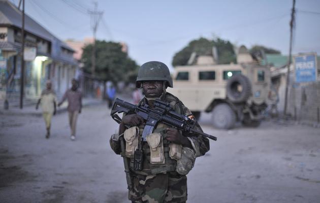 Un soldat de l'Amisom, la force de l'Union africaine en Somalie, patrouille à Mogadiscio le 25 mai 2013 [Tobin Jones / AU UN IST/AFP]