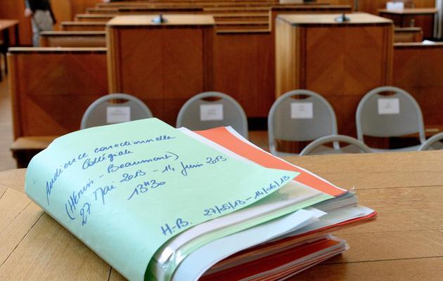 Un dossier est posé sur un bureau au tribunal de Béthune avant l'ouverture du procès de Gérard Dalongeville , ancien maire PS d'Hénin Beaumont, le 27 mai 2013, au tribunal de Béthune. [Denis Charlet / AFP/Archives]