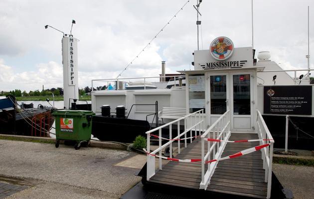 Une photo du 24 mai 2013 montre la péniche du coffee shop Mississippi river à Maastricht, fermé par les autorités [Nicolas Delaunay / AFP/Archives]