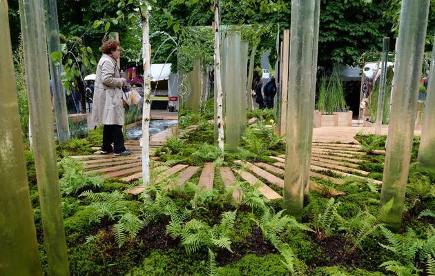 """Une personne visite l'exposition """"jardin, jardins"""", le 30 mai 2013 aux jardins des Tuileries à Paris [Pierre Andrieu / AFP]"""