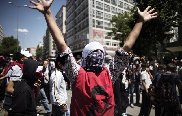 Un protestataire bras levés, lors d'une manifestation à Ankara devant les bureaux du Premier ministre, le 4 juin 2013 [Marco Longari / AFP]