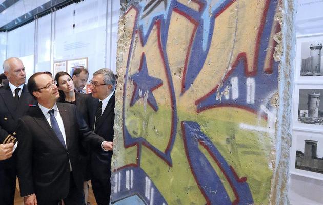 François Hollande admire un pan du mur de Berlin, lors de l'inauguration du MuCEM, à Marseille, le 4 juin 2013 [Jean-Paul Pelissier / Pool/AFP]