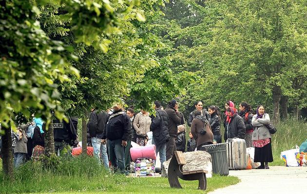 Des membres de la communauté Rom sont expulsés de leur camp, le 5 juin 2013 à Lille [Philippe Huguen / AFP]