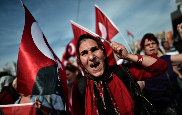 Manifestants brandissant des drapeaux turcs et criant des slogans contre Erdogan, sur la place Taksim le 6 juin 2013 à Istanbul [Aris Messinis / AFP]