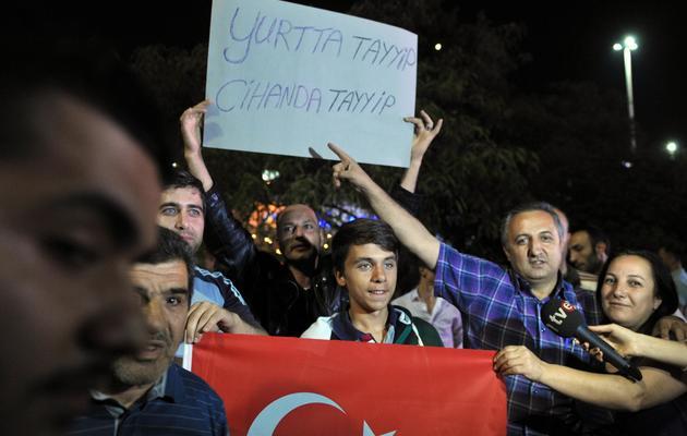 Des manifestants pro-Erdogan attendent le Premier ministre turc à l'aéroport d'Istanbul, le 6 juin 2013 [Ozan Kose / AFP]